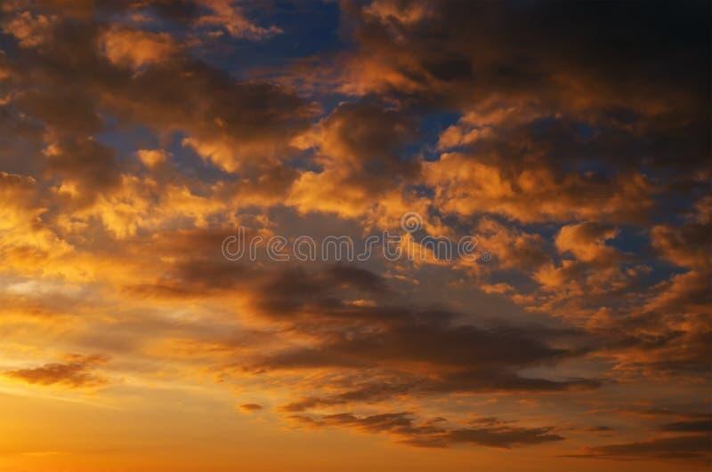 Impetuosamente, céu do por do sol das cores alaranjadas e vermelhas imagens de stock royalty free