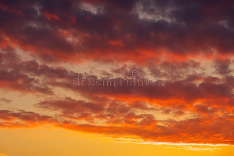 Impetuosamente, céu do por do sol das cores alaranjadas e vermelhas fotos de stock royalty free