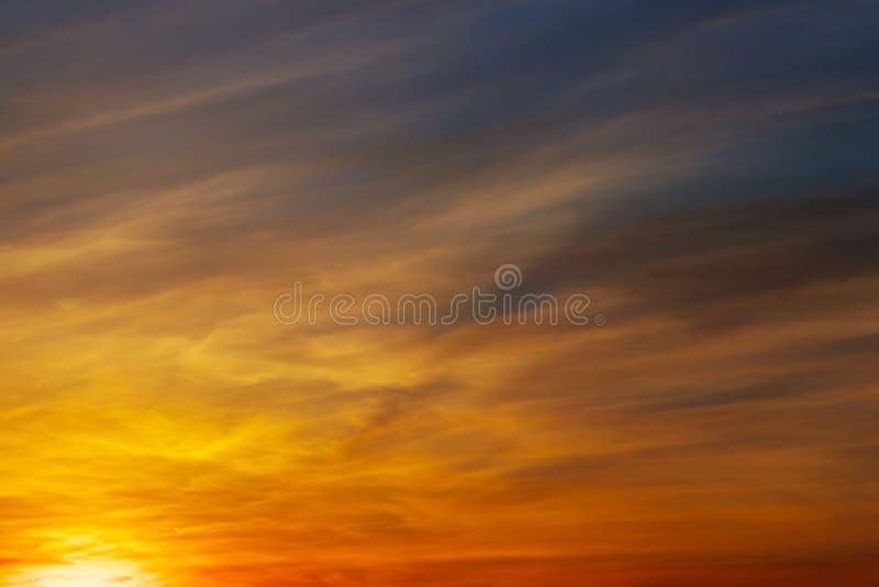 Impetuosamente, c?u do por do sol das cores alaranjadas e vermelhas fotografia de stock royalty free