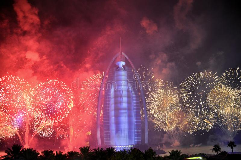 Impianti del fuoco del Dubai a Burj Al Arab per la festa nazionale 2016 dei UAE immagine stock libera da diritti