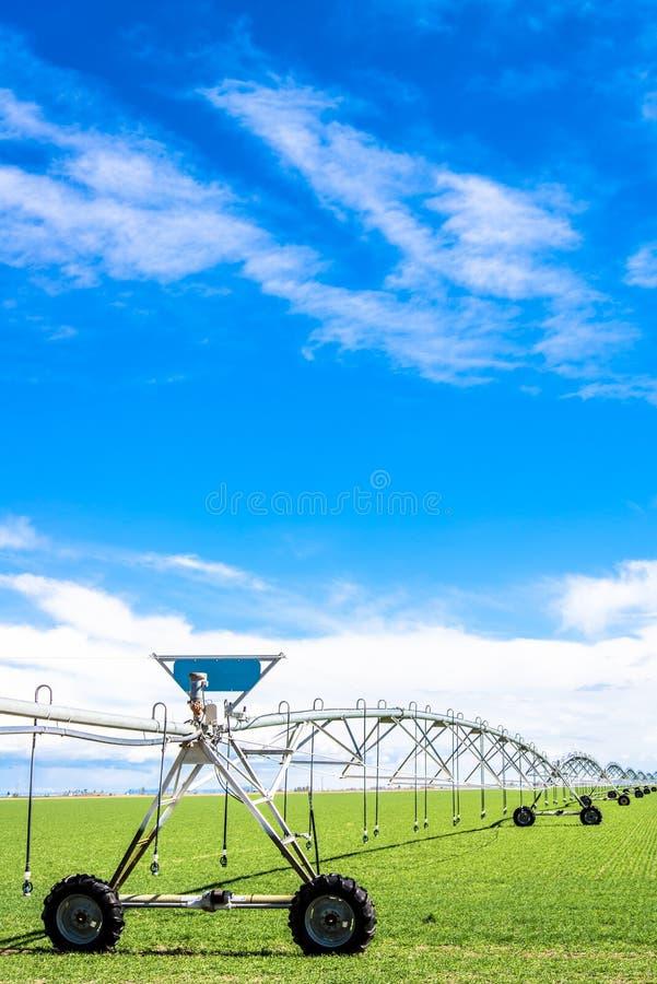 Impianto di irrigazione del campo di agricoltura fotografia stock