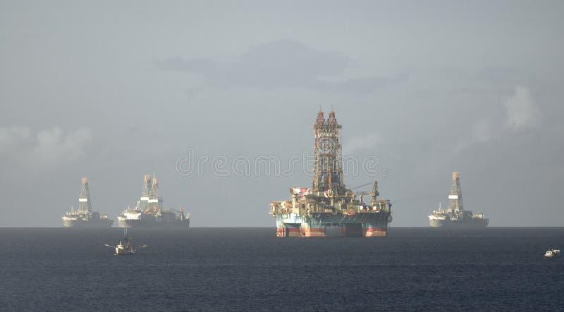 Impianto di perforazione del petrolio marino e navi addette alla perforazione nella baia di Chaguaramas, Trinidad e Tobago che la fotografia stock libera da diritti