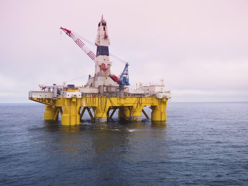 Impianto di perforazione della trivellazione in mare in golfo del Messico, industria petrolifera fotografia stock libera da diritti