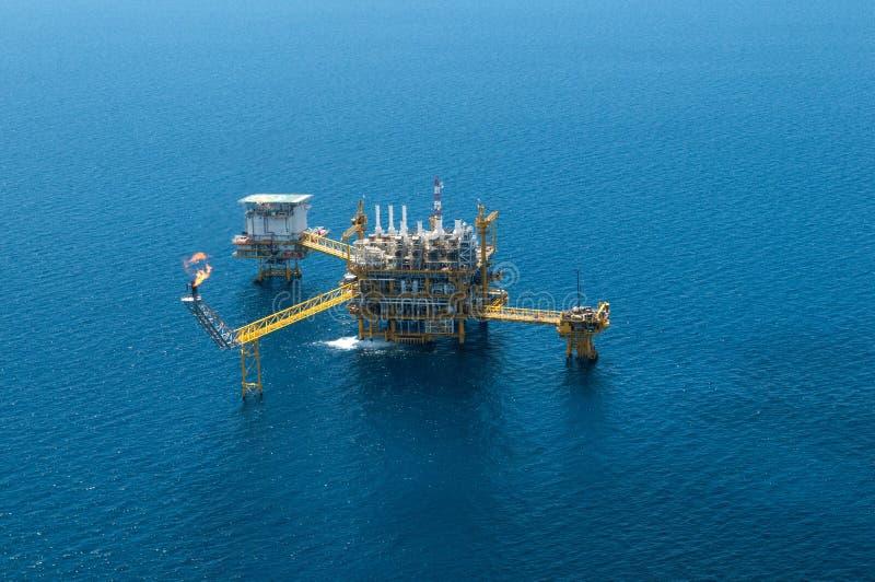 Impianto di perforazione offshore nella penombra immagine stock