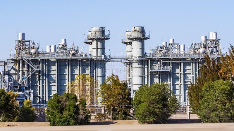 Impianto di potenza alimentato a gas naturale e a ciclo combinato dotato di tecnologia di controllo delle emissioni immagine stock