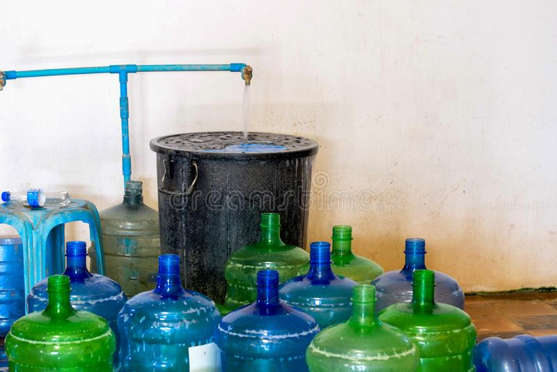 Impianto di produzione dell'acqua potabile imballaggio delle bottiglie di plastica della bevanda nella pianta per produzione dell fotografia stock libera da diritti