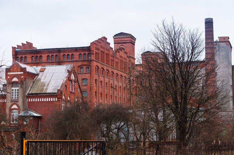 Impianto di riciclaggio di carta, vecchia costruzione di mattone rosso, pasta-carta e carta mil immagini stock