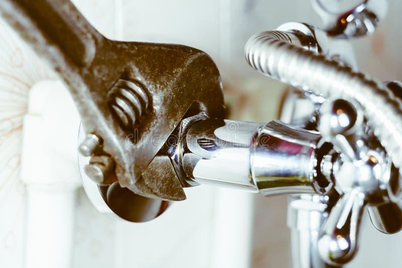 Impianto idraulico nel tubo del bagno immagine stock