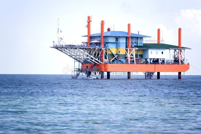 Impianto offshore in disuso immagini stock libere da diritti
