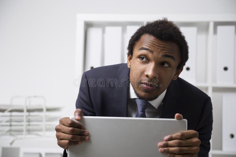 Impiegato afroamericano timido immagine stock