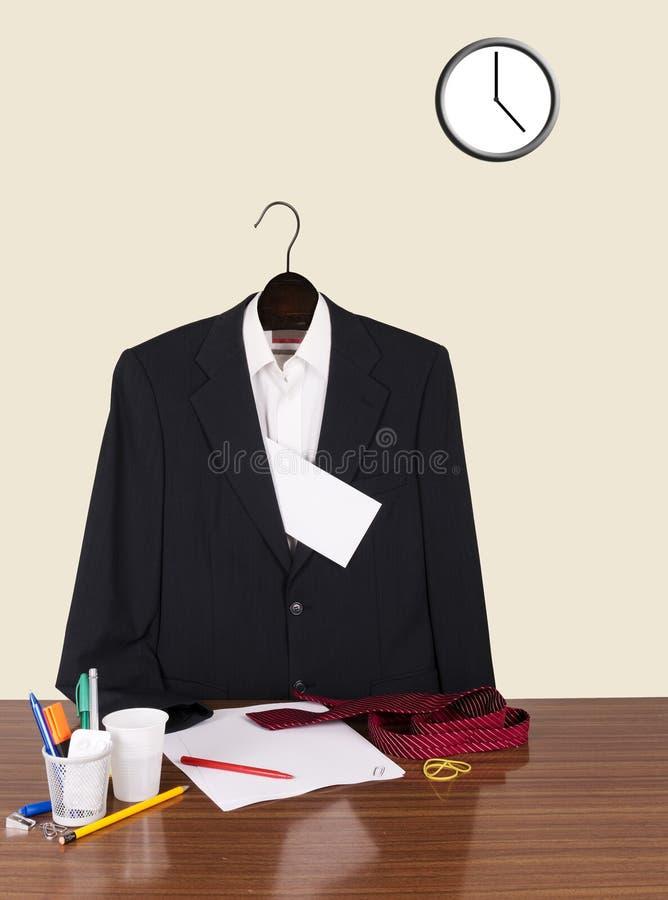 Impiegato andato a casa lasciare nota - vestito, lettera ed orologio fotografie stock libere da diritti