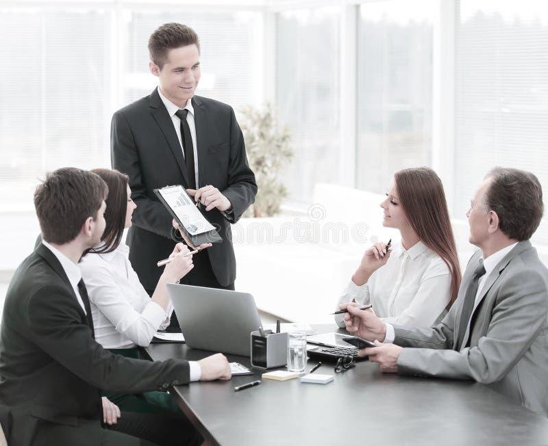 Impiegato della società che fornisce le nuove idee di sviluppo di affari ad una riunione d'affari fotografia stock