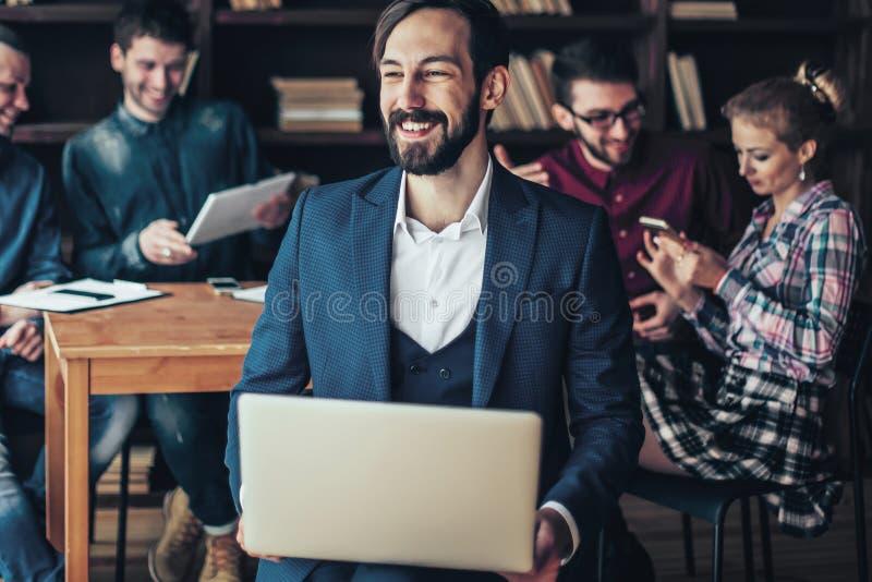Impiegato della societ? con il computer portatile sui precedenti dell'affare fotografie stock libere da diritti