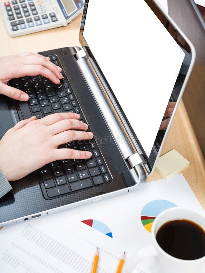 Impiegato di concetto che lavora al computer portatile con lo schermo del ritaglio fotografia stock libera da diritti