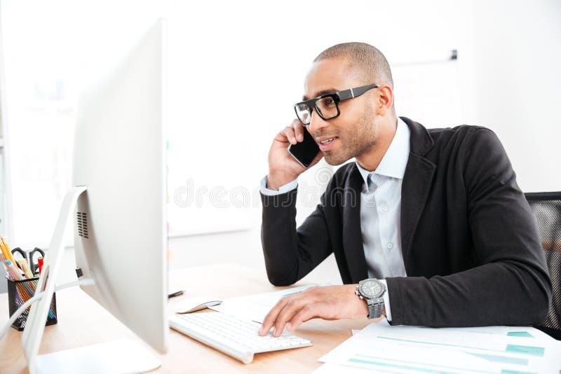 Impiegato di concetto che rivolge al telefono e che legge il documento di affari immagini stock libere da diritti