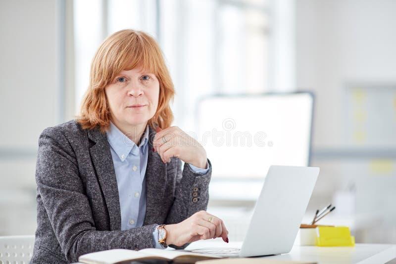 Impiegato di concetto femminile autentico immagini stock libere da diritti