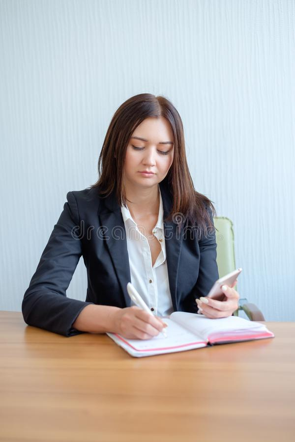 Impiegato di concetto femminile occupato che va fare le note immagine stock
