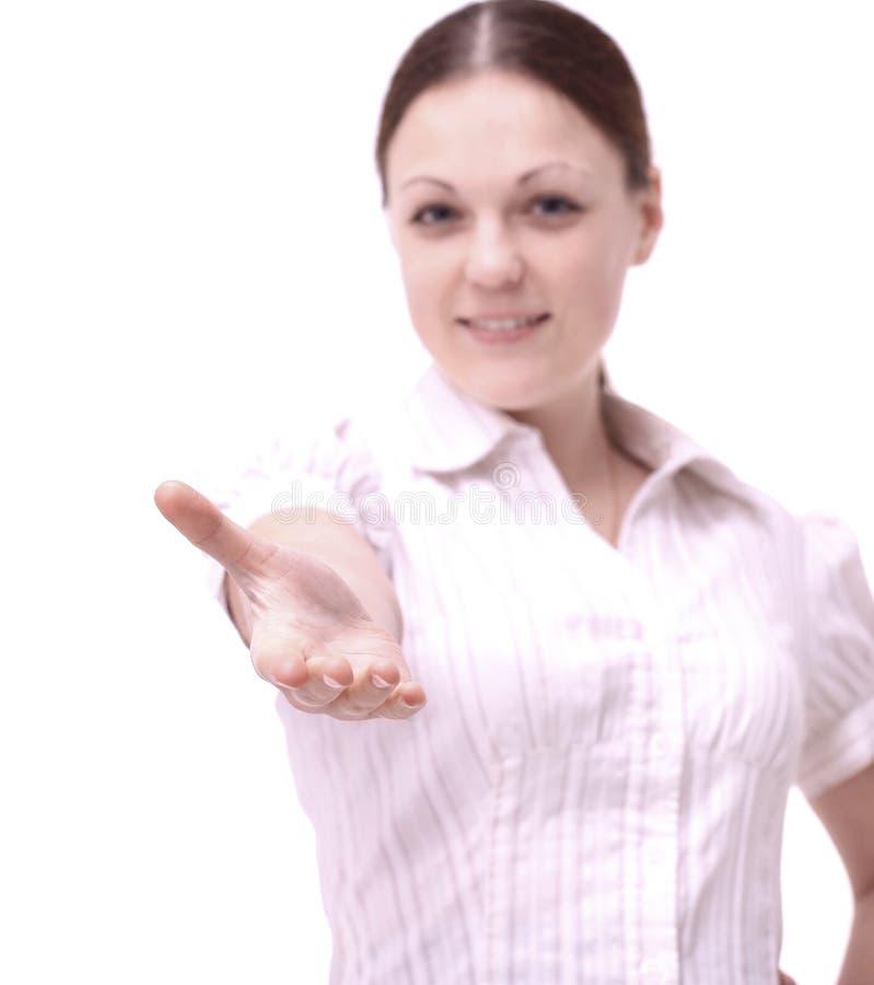 Impiegato di giovane donna che dà la sua mano per una stretta di mano fotografia stock libera da diritti