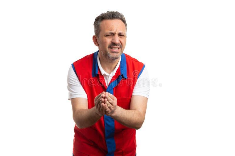 Impiegato di ipermercato con le mani insieme come implorazione del gesto immagini stock libere da diritti
