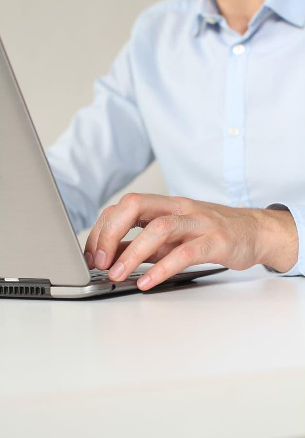 Impiegato di ufficio che lavora al computer portatile immagine stock