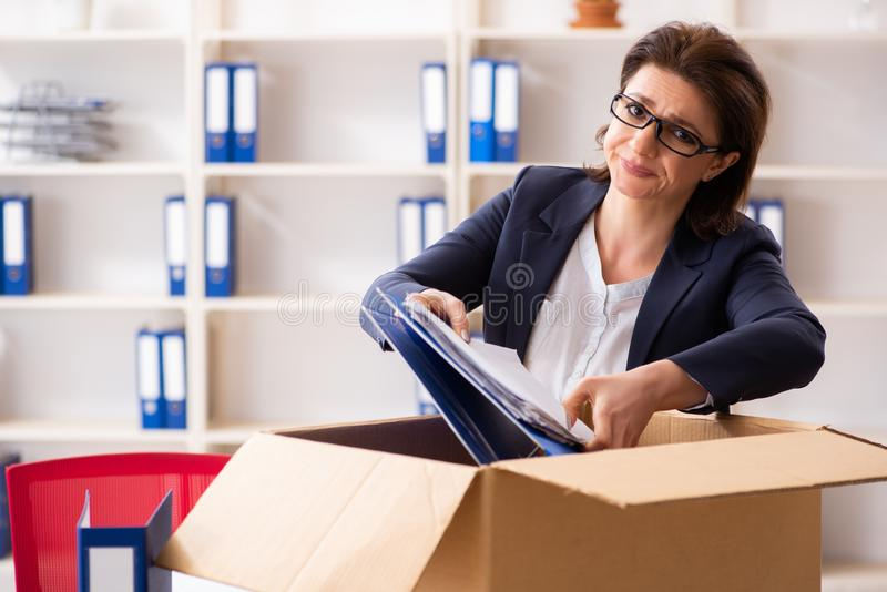 Impiegato femminile di mezza et? che ? infornato dal suo lavoro fotografie stock