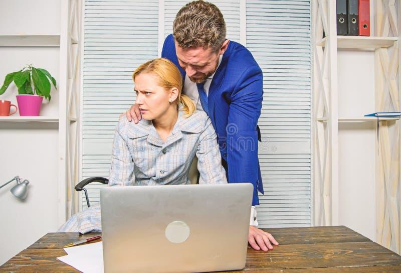 Impiegato inaccettabile del subalterno di comportamento del capo La lavoratrice soffre da aggressione sessuale e da molestie Prev fotografia stock