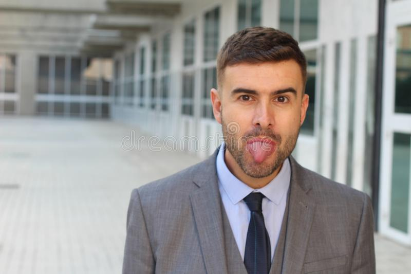 Impiegato pazzo che attacca lingua fuori fotografia stock libera da diritti