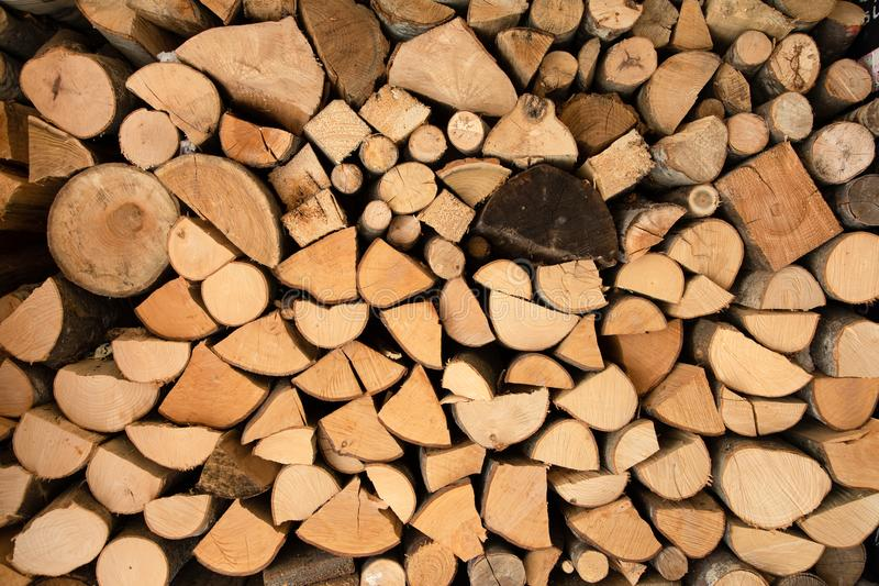 Impilato del ceppo di legno per le costruzioni della costruzione immagine stock