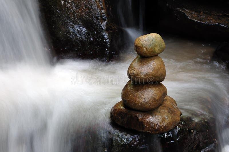 Impilato delle pietre e della cascata di zen fotografia stock