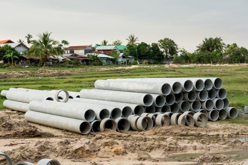 Impilato di concreto, tubi del cemento tubi concreti per irrigazione al cantiere immagini stock libere da diritti