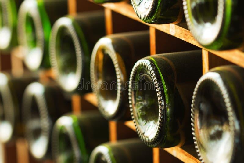 Impilato di vecchio vino imbottiglia la cantina fotografia stock