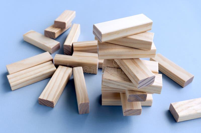 Impilato e sprofondato sui blocchi di legno fotografia stock