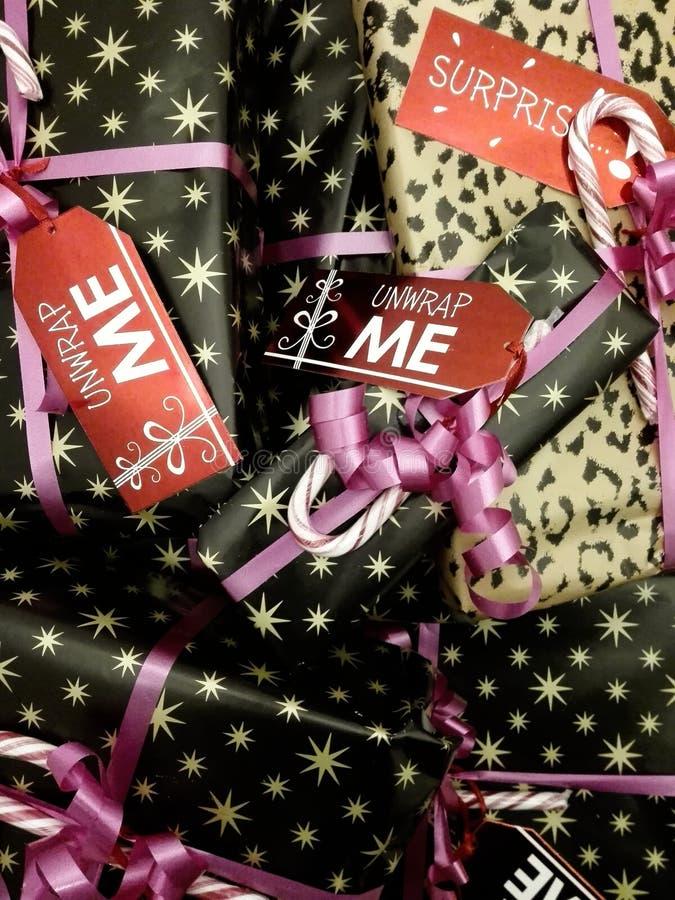 Impilato regali avvolti e decorati di Natale con le etichette sveglie immagini stock