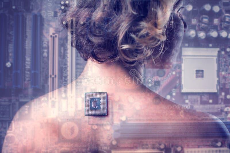 Implante bi?nico do processador da microplaqueta no corpo humano f?mea - conceito futuro da tecnologia e da cibern?tica imagens de stock