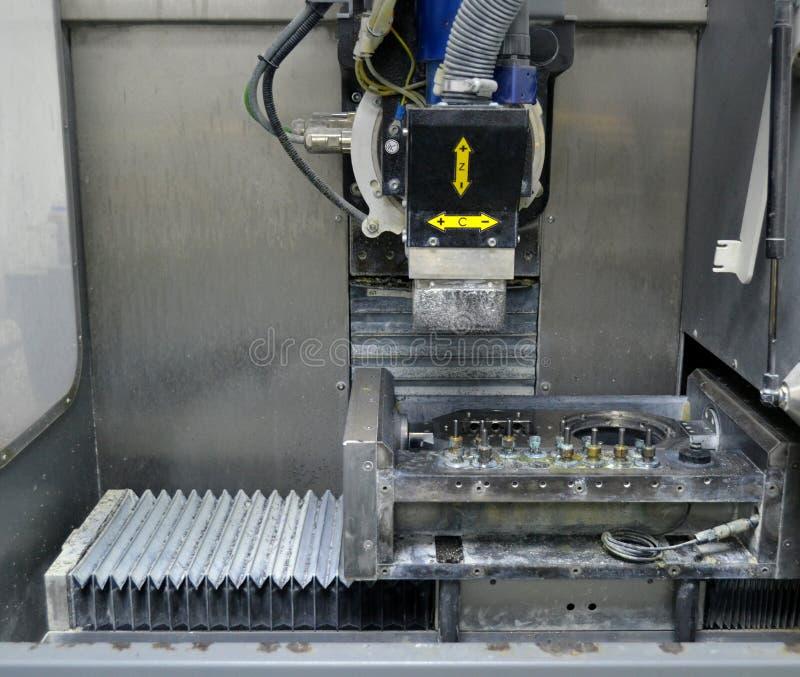 Implantes dentais Titanium de máquina de trituração imagem de stock royalty free
