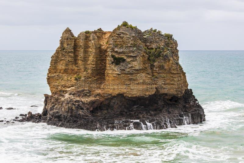 Imponerande föreställning vaggar i havet royaltyfria bilder