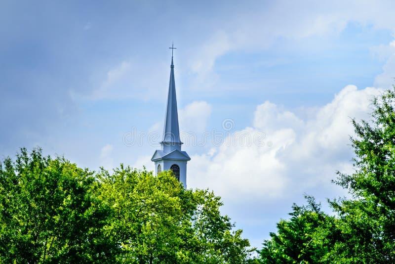 Imponerande kyrktorn i himlen arkivbild