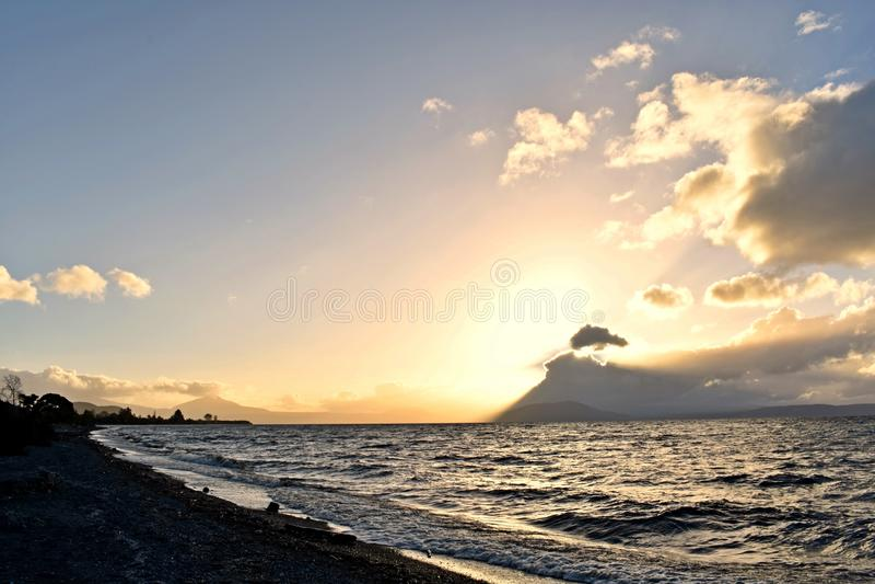 Imponerande solnedgång i sjön Taupo royaltyfri fotografi