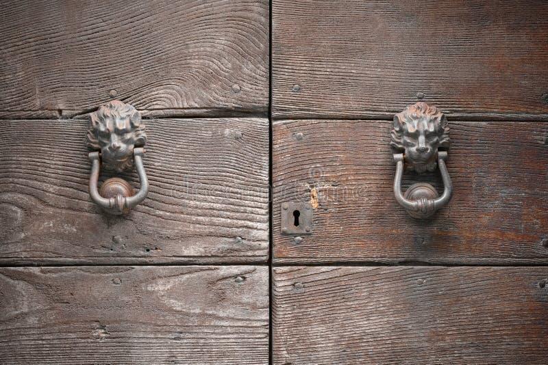 Imponierende Holztür geschlossen und, mit symmetrischem cla zwei abgehalten lizenzfreie stockbilder