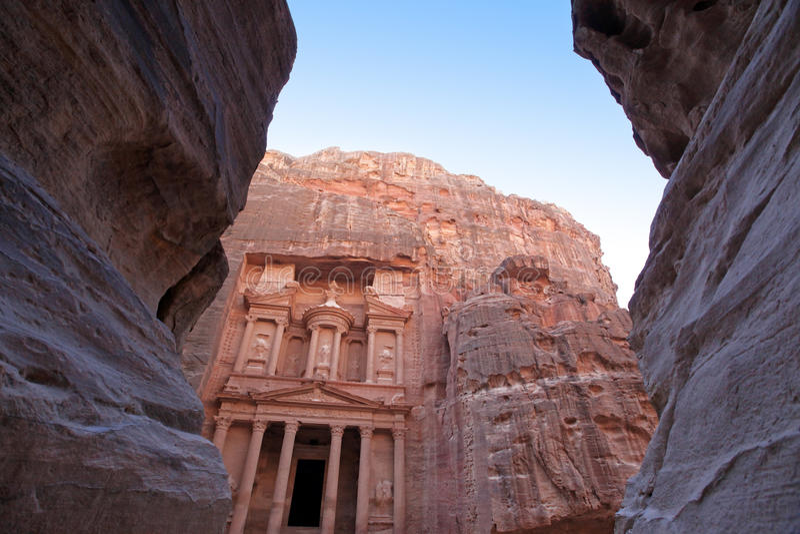 Imponierendes Kloster in PETRA, Jordanien lizenzfreie stockfotos