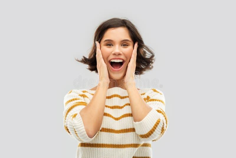 Imponująca kobieta trzyma jej twarz w pulowerze obraz royalty free
