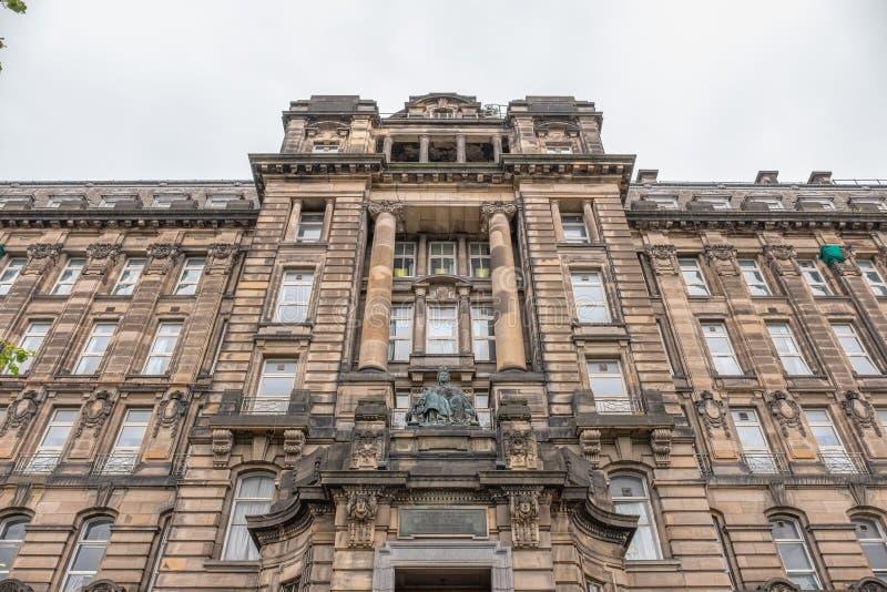 Imponująco Antyczna Glasgow architektura patrzeje do strony Glasgow Królewska stacjonarka z statuą królowa Wiktoria obraz stock