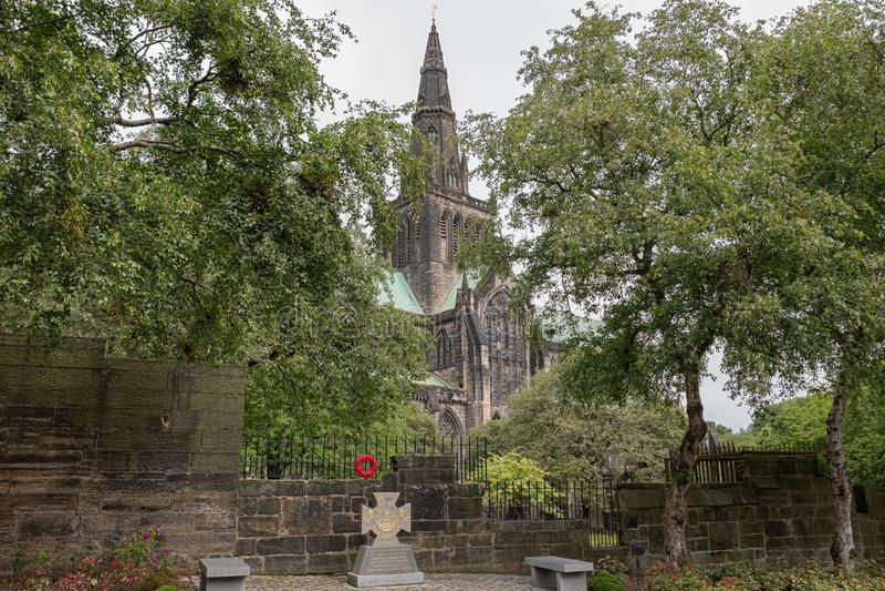 Imponująco Antyczna Glasgow architektura patrzeje katedra przez drzew obraz stock