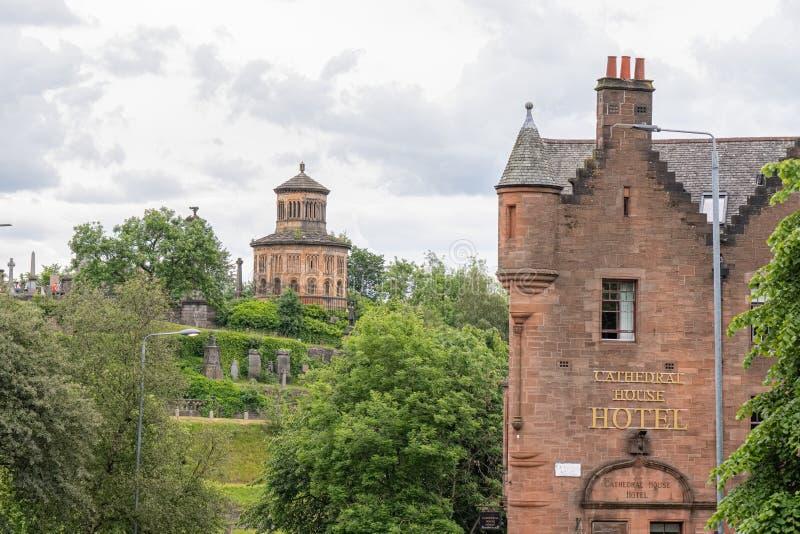 Imponująco Antyczna Glasgow architektura patrzeje za Katedralnym Domowym hotelem do Nocropolis siedzącej wysokości na zdjęcie royalty free