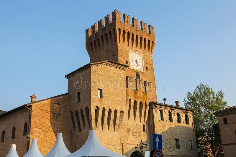 Imponująco antyczny forteca z zegarowy wierza w Spilamberto zdjęcie stock