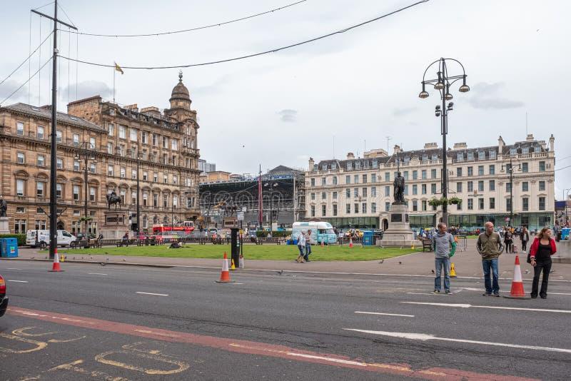 Imponująco architektura patrzeje nad George kwadratem w Glasgow na ruchliwie Soboty popołudniu w Glasgow centrum miasta obrazy stock
