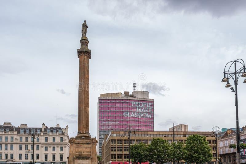Imponująco architektura patrzeje nad George kwadratem w Glasgow z «ludzie Robi Glasgow» oświadczeniem na ruchliwie Sobocie obraz stock