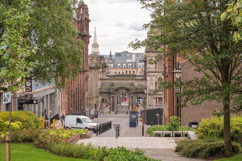 Imponująco architektura patrzeje w dół nad John ulicą w centrum miasta Glasgow za Strathclyde uczni zjednoczenia budynkami zdjęcia stock