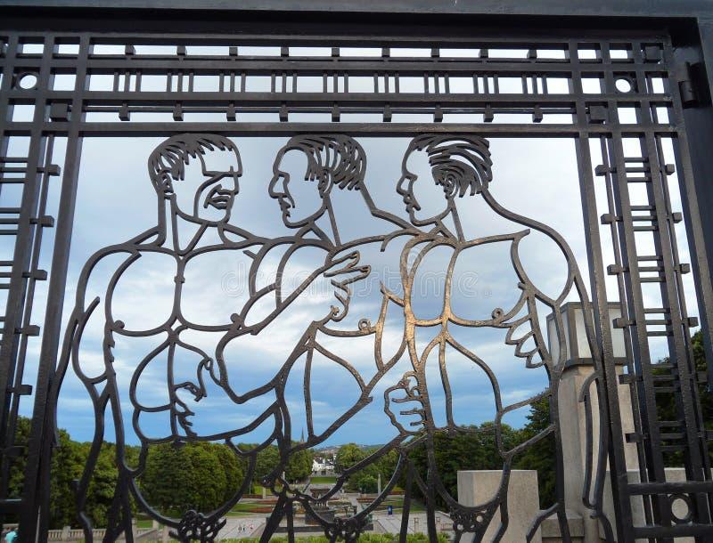 Imponująco mężczyzna postacie na dokonanego żelaza bramie z Frogner parkiem w tle, Oslo, Norwegia obraz royalty free