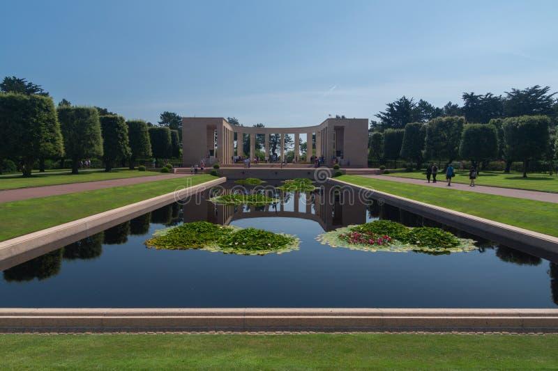 Imponująco odbija basen przy Normandy cmentarzem Amerykańskim pomnikiem i, Francja obrazy stock
